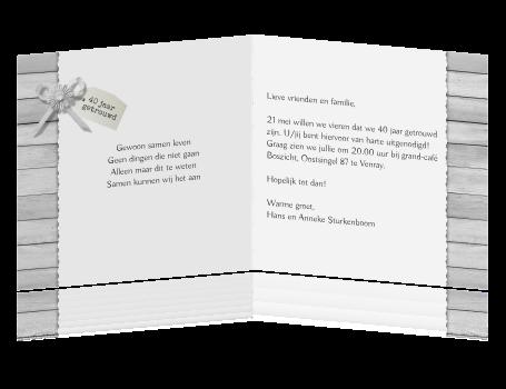 getrouwd uitnodigingen > Robijnen huwelijkskaart op houten achtergrond