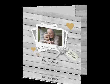 uitnodigingen > Diamanten huwelijkskaart op houten achtergrond