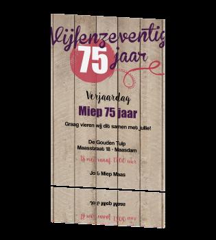 verjaardag 75 jaar Uitnodiging 75 jaar met vrolijke letters op hout verjaardag 75 jaar
